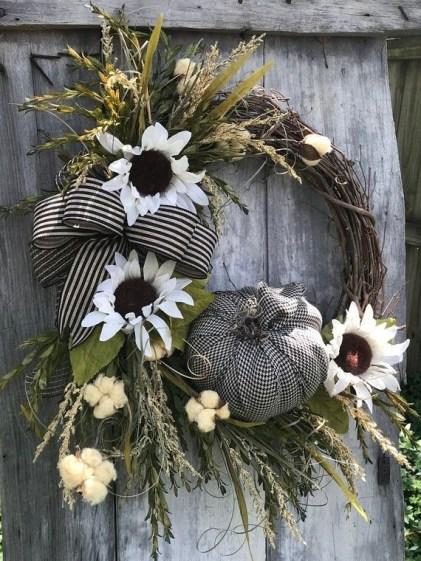 Splendid Wreath Designs Ideas For Front Door To Welcome Halloween 33