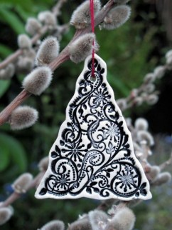 Wonderful Black Christmas Decorations Ideas That Amaze You 10