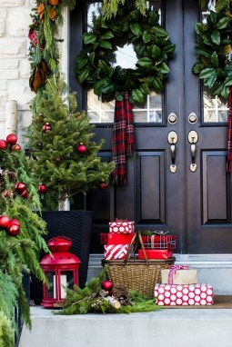 Comfy Christmas Front Porch Decor Ideas To Looks More Elegant 08