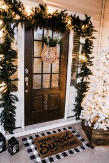 Comfy Christmas Front Porch Decor Ideas To Looks More Elegant 14
