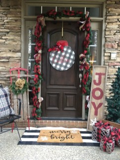 Comfy Christmas Front Porch Decor Ideas To Looks More Elegant 23