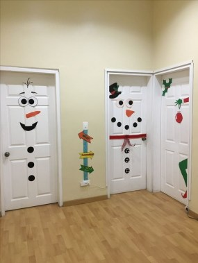 Inspiring Diy Christmas Door Decorations Ideas For Home And School 35