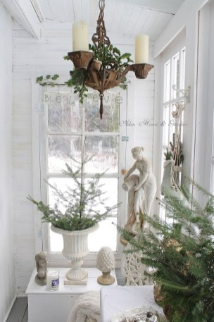 Brilliant Tropical Winter Decor Ideas That Bring Your Home Into Holiday Feel 07