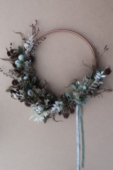 Gorgeous Scandinavian Winter Wreaths Ideas With Natural Spirit 40
