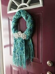 Amazing Winter Wreath Décor Ideas That Suitable For Door 19