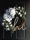 Amazing Winter Wreath Décor Ideas That Suitable For Door 20