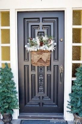 Amazing Winter Wreath Décor Ideas That Suitable For Door 27