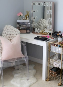 Affordable Home Decoration Ideas With Makeup Vanity That Can Inspire You 16