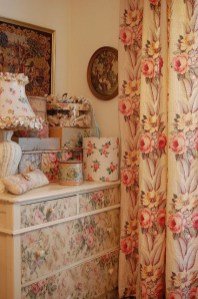Stunning Bedroom Decoration Ideas With Flower Curtain To Try Right Now 14
