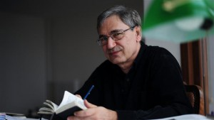 This Febuary 2, 2015 photo shows Turkish Nobel laureate and author Orhan Pamuk posing during an interview in his house in Istanbul. (AFP photo)