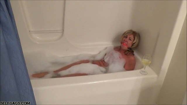 Milf Dakkota ball gagged in bubble bath