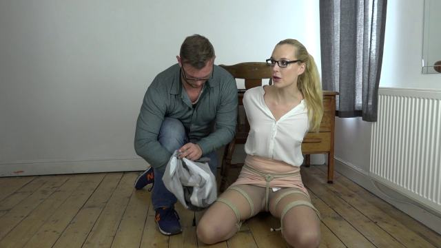 Frogtied girl with crotchrope in pussy