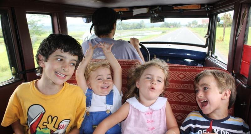 Zapp ailesinin çocuklarının yaşadıkları deneyim gösteriyor ki para doğrudan eğitimi satın alamaz! Photo By: Zapp Family/Barcroft Media