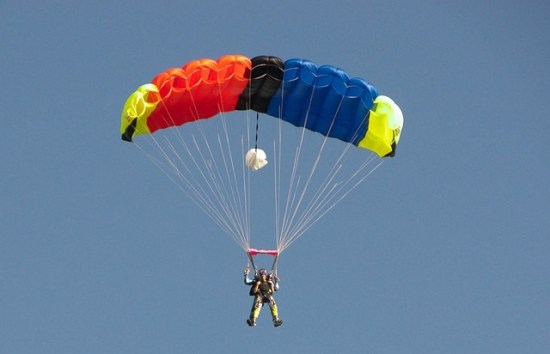 skydiver-376783_640