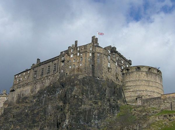 640px-Edinburgh_Castle_from_Portsburgh