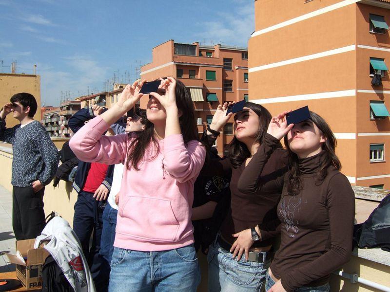 Studenti intenti ad osservare un eclisse parziale di sole