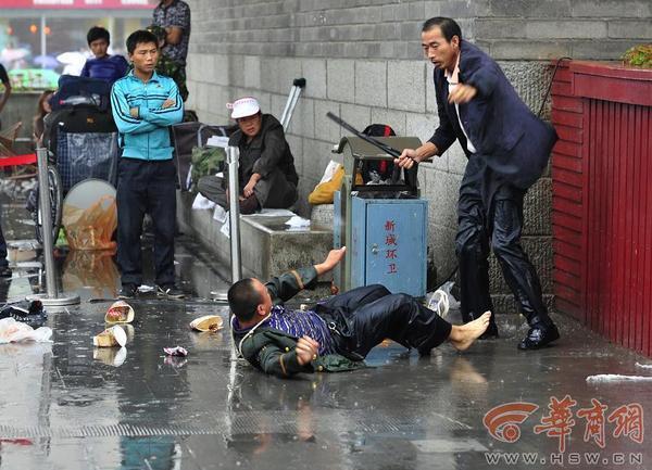 唸聲の気になる寫真/中國:乞食を鉄パイプで毆る男,理由はしつこいから - 唸聲のブログ