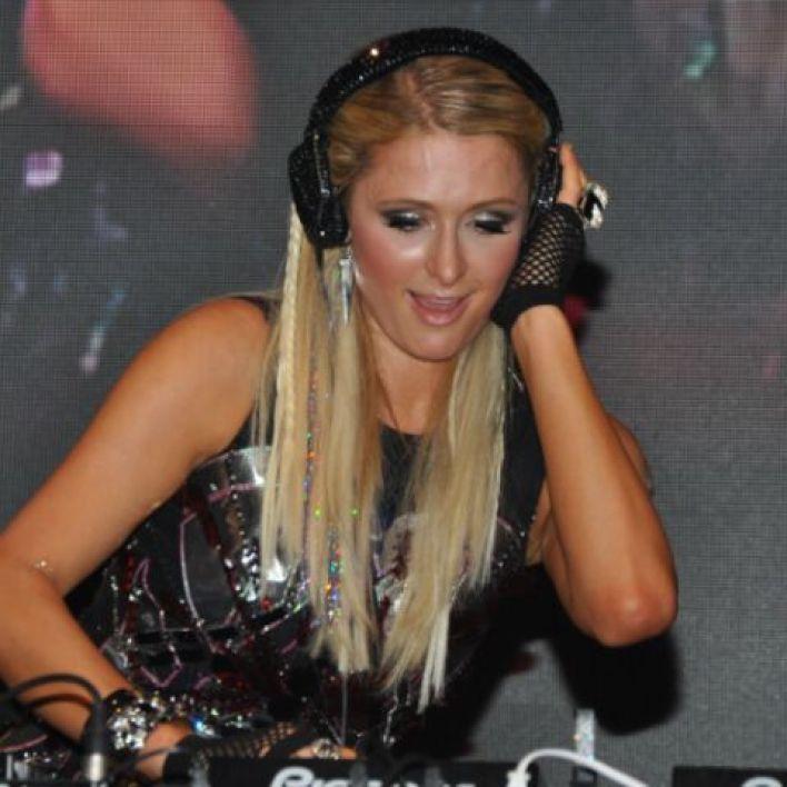 People: Paris Hilton révèle pourquoi elle possède plus de 800 perruques
