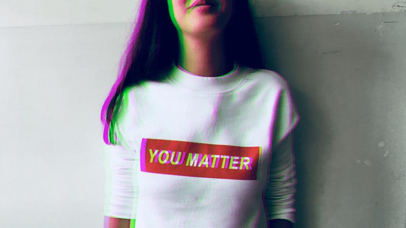 """rozmazane zdjęcie dziewczyny w koszulce z napisem """"you matter"""""""