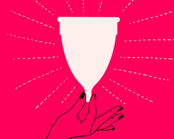 grafika: czarny obrys kobiecej dłoni trzymającej biały kubeczek menstruacyjny na czerwonym tle