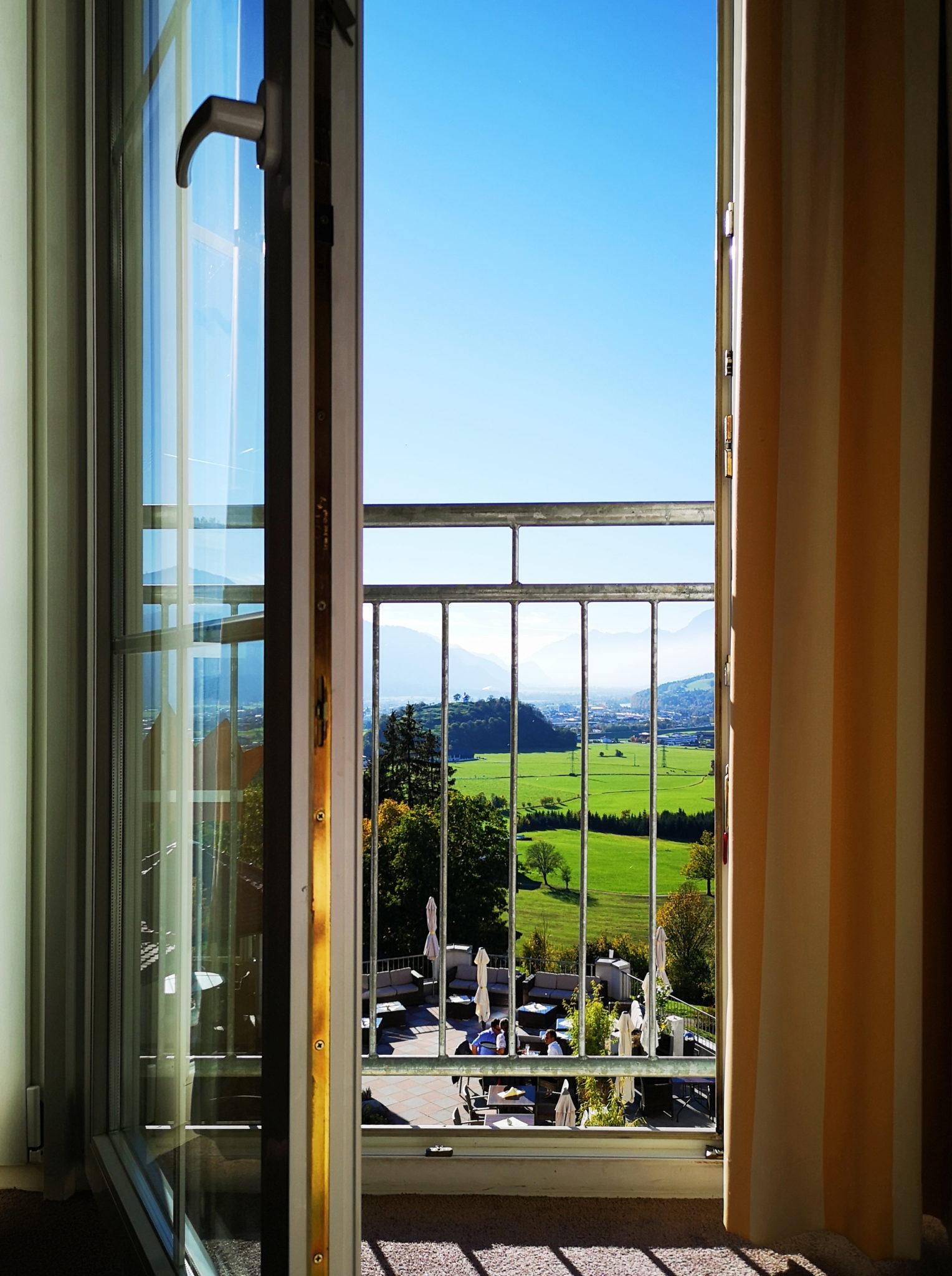Widok z okna w hotelu Panorama Royal na łąki i góry Tyrolu