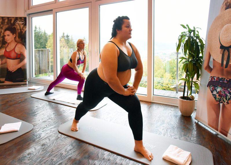 Ula ćwicząca jogę na tle Alp