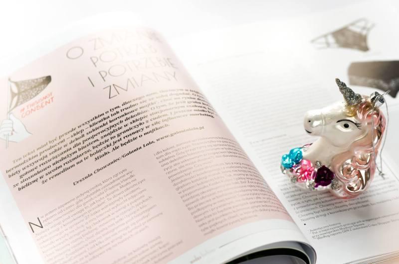 otwarty na moim artykule magazyn Modna bielizna, a na nim bombka choinkowa w kształcie jednoroźca, czyli Jednorogini Eulalia