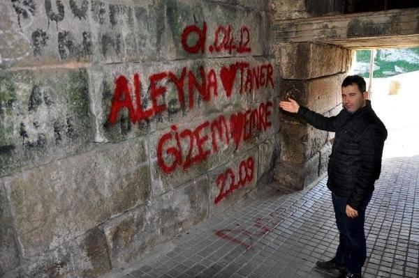 amasra kalesinin duvarındaki sprey boya yazısı