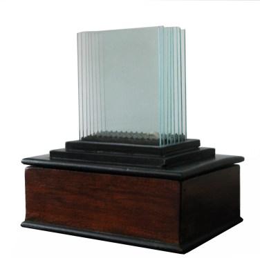 2.- Bernardo Salcedo, Sin título, 1983, madera, vídrio y metal, Galería Oscar Román