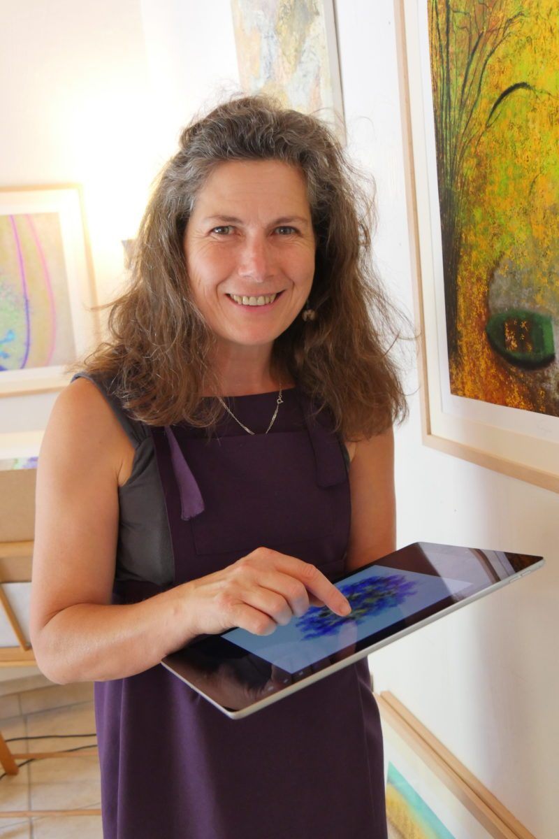 Picture illustrating Anne Turlais and her discovery with the iPad Pro