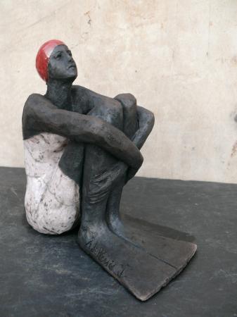 Sylvie du PLESSIS - baigneuse assise avec palmes - raku- 2012