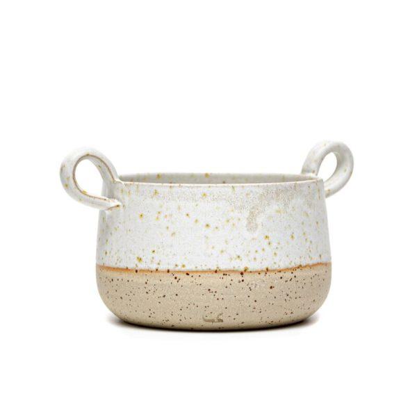 Daša's pottery bela majhna keramična skleda z ročajema, primerna za kosmiče, je ročno narejena iz rumene pikčaste gline in prelita z belo glazuro.