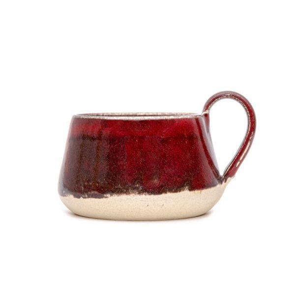 rdeča skodelica z ročajem