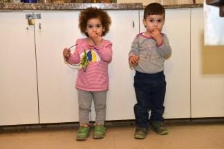 קטנטנים אוכלים עגבניות במטבח