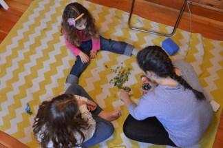 נגה ממציאה ומלמדת משחק