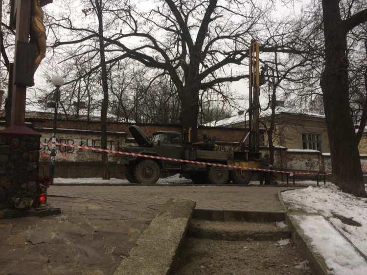 Івано-Франківськ: поблизу палацу Потоцьких досліджують грунти
