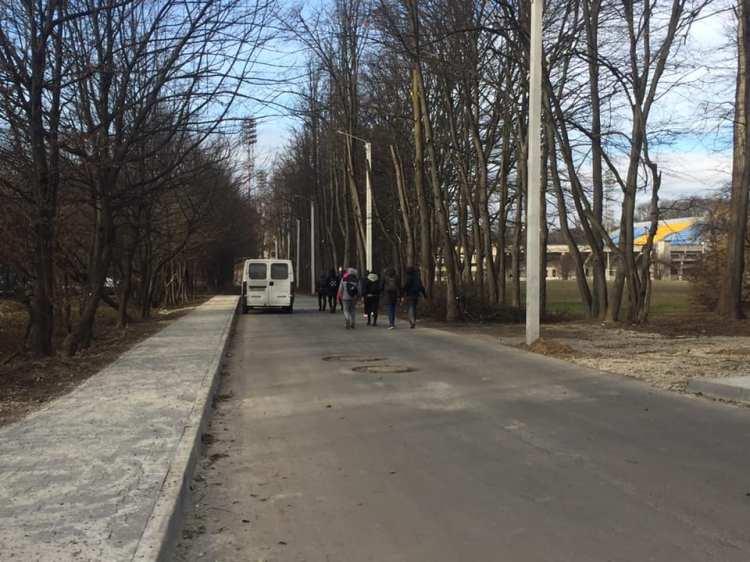 Тротуар та свіжий асфальт: на Чорновола упорядкували проїзд до багатоповерхівки (ФОТО)