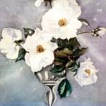 hvide roser i sølvvase