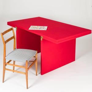 Carlo Scarpa, Tavolo Mexana per Simon Gavina, 1973, legno rivestito in panno rosso, cm 154x88x73h