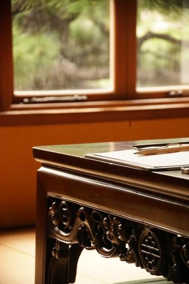 伊藤さん。普段は気に留めることのないテーブルの装飾にハッとさせられます。よく尖った鉛筆も隠れたアクセントなっています。