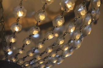 髙山さん。シャンデリアのキラキラとした輝きを表現するために、全体でなく、あえて部分をクローズアップした点がよいです。