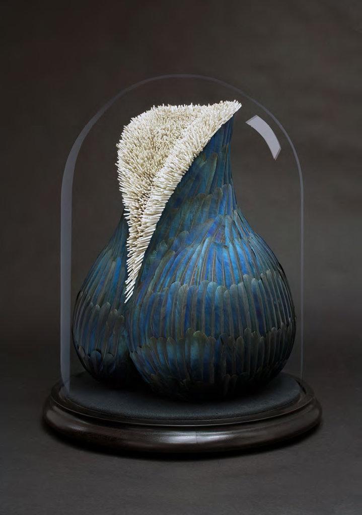 Kate MccGwire, Charybdis, 2013, Elsterfedern und Mischtechnik unter Glashaube, 49,5 x 39 x 39 cm