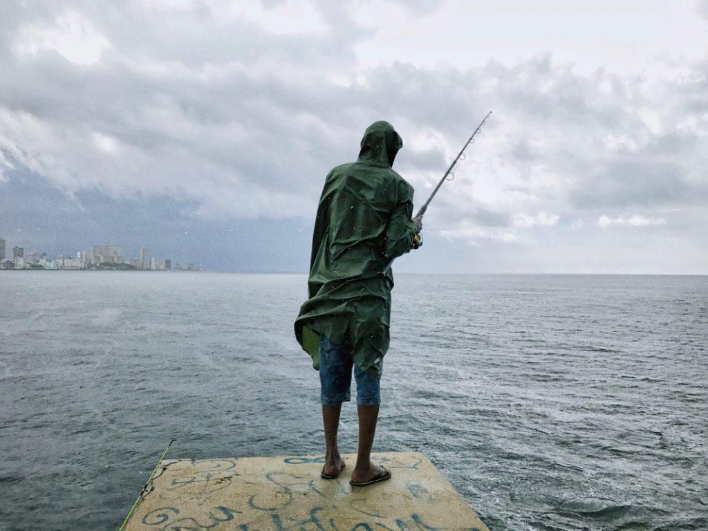 karayipte yağmur ve balıkçı