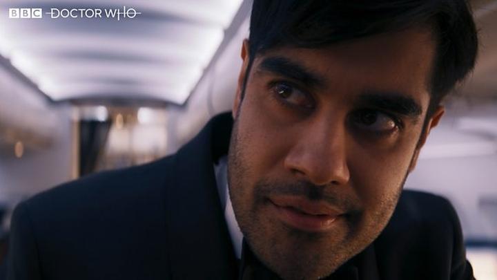 """Sacha Dhawan jako O ujawniający swoją prawdziwą tożsamość. Kadr z pierwszej części odcinka """"Spyfall""""."""