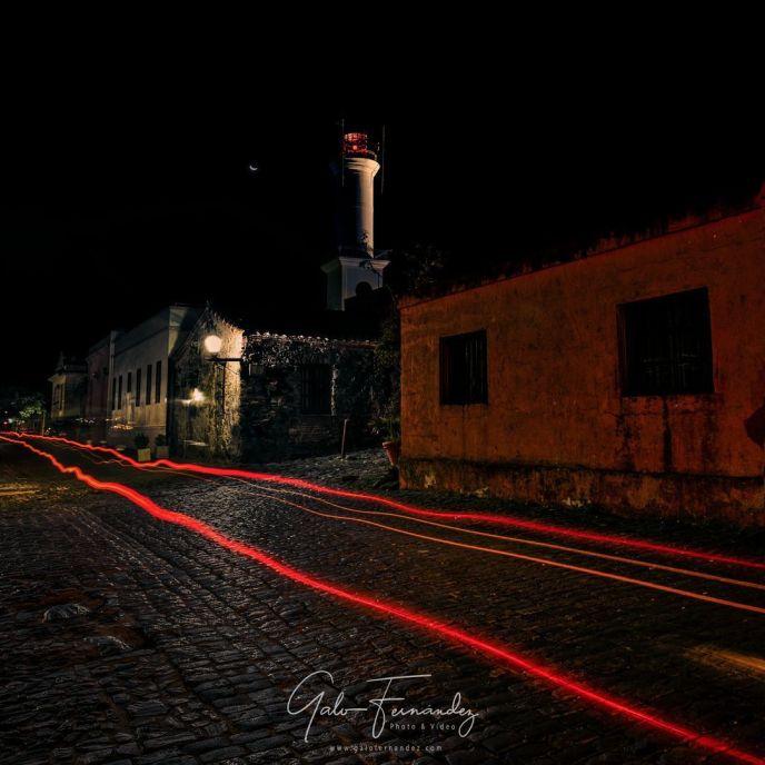 Vista nocturna del Barrio Histórico en Colonia del Sacramento