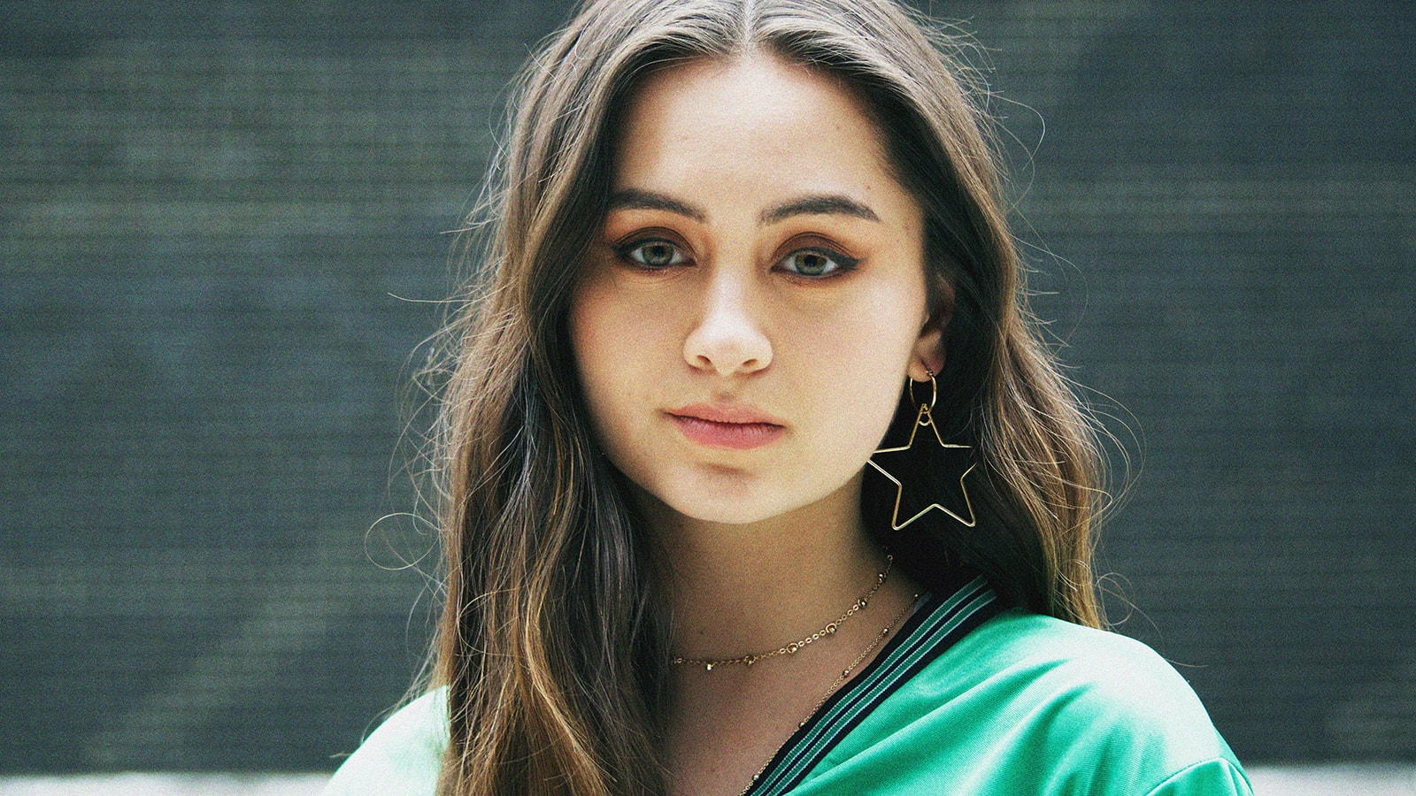 I Am Single Girl Wallpaper Premiere Jasmine Thompson S Quot Wonderland Quot Of Wasted Youth
