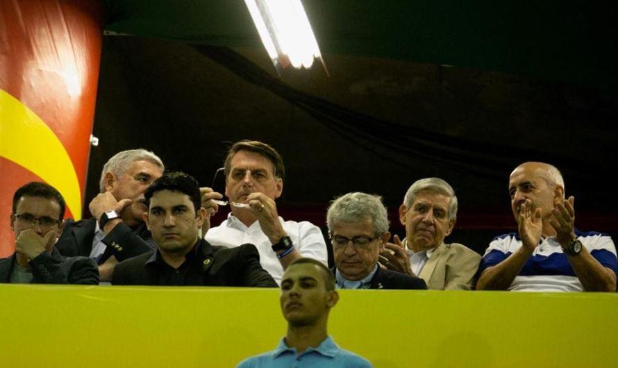 Bolsonaro marca presença na partida Itália x Paraguai, no estádio Bezerrão no Gama