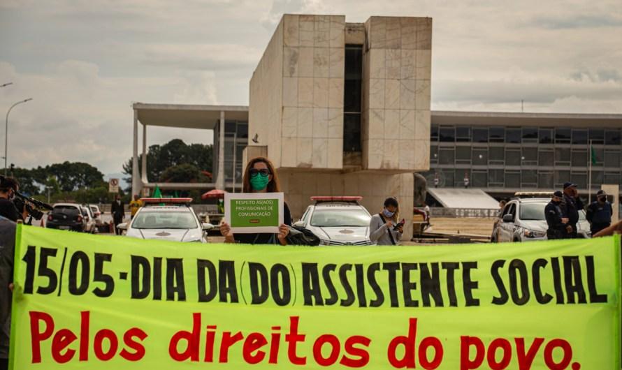 Dia do Assistente Social: servidores fazem protesto com distanciamento