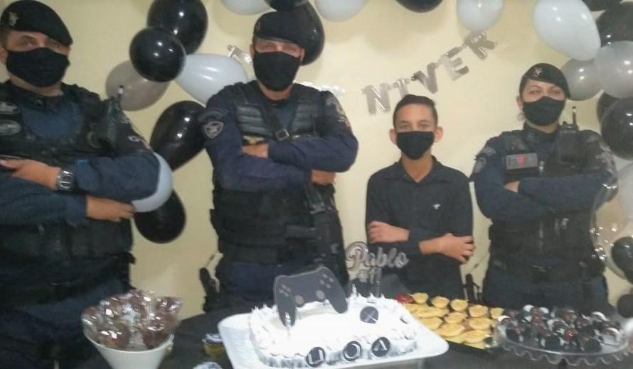 Garoto ganha de aniversário a visita de policiais do 9º Batalhão do Gama