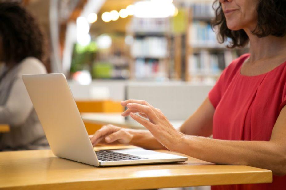 O Educa Mais Brasil, plataforma de incentivo estudantil, montou uma seleção de cursos gratuitos com certificados grátis para fazer em casa pela internet.